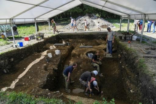 Des archéologues tchèques participent aux fouilles sur le site de Bibracte, ancienne capitale gauloise située en Bourgogne, dans le nord de la France, le 23 août 2017 © PHILIPPE DESMAZES AFP