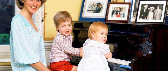 Lady Di avec ses deux enfants, les princes William et Harry.