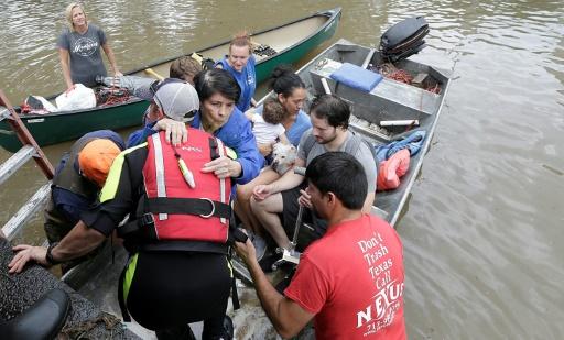 Des habitants évacués d'un quartier inondé de Houston, après le passage de la tempête Harvey, le 30 août 2017 au Texas © Thomas B. Shea AFP