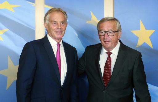 Le président de la Commission européenne Jean-Claude Juncker (D) accueille l'ancien Premier ministre britannique Tony Blair à son arrivée à Bruxelles pour assiter à une réunion de la Commission le 31 août 2017 © EMMANUEL DUNAND AFP