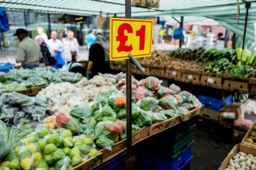 Une pancarte affiche le prix en livres des légumes sur des étals dans le marché de gros de Whitechapel Market dans l'est de Londres le 17 août 2017 © Tolga Akmen AFP/Archives