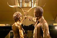 La statue de Diana et Dodi chez Harrods à Londres mesure plus de 3 mètres de haut. ©GHATORA JAG/SIPA