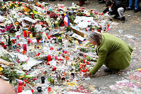 Hommages aux victimes de l'attentat du Bataclan. Les attentats du 13 novembre 2015 ont fait 130 morts et 413 blessés.