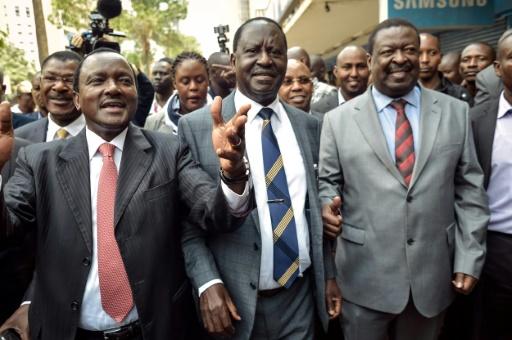 Le candidat de l'opposition à la présidentielle kényanne, Raila Odinga (c) arrive à la Cour suprême, le 1er septembre 2017 à Nairobi © SIMON MAINA AFP