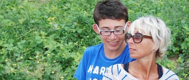 Victimes. Sylvie Le Cossec et son fils Julien, 17 ans. Elle a eu une malformation de l'utérus ; il est handicapé moteur, mental et visuel.