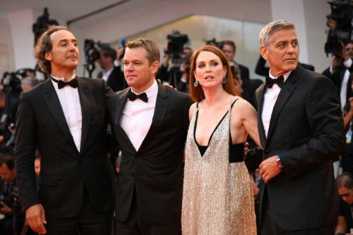 """De g. à d. : le compositeur Alexandre Desplat et les acteurs Matt Damon, Julianne Moore et George Clooney, avant la première de son film """"Suburbicon"""" au 74e Festival de cinéma de Venise, le 2 septembre 2017 © Filippo MONTEFORTE                   AFP"""