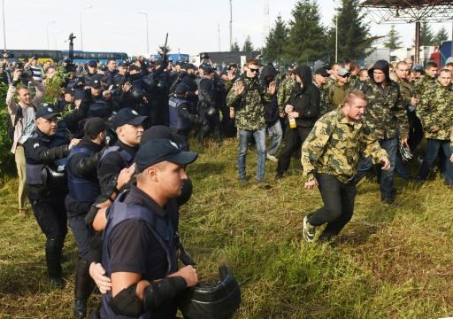 Des policiers ukrainiens contiennent des partisans de Saakachvili dans la ville-frontière de Krakovets, le 10 septembre 2017 © YURI  DYACHYSHYN AFP