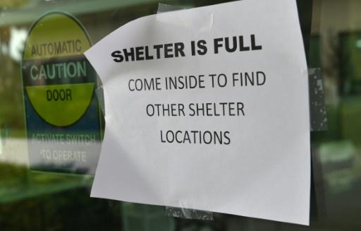 Une feuille de papier scotchée sur la vitre d'un abri indiquant que le centre d'accueil est plein dans la station balnéaire de Naples, dans le sud-ouest de la Floride frappée par l'ouragan Irma, le 9 septembre 2017   © Nicholas Kamm AFP