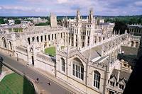 All Souls College, à Oxford. L'université a informé ses étudiants qu'éviter de regarder certains de leurs camarades dans les yeux pourrait être considéré comme raciste, avant de faire marche arrière, car cette injonction pouvait discriminer les autistes.