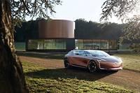 La Symbioz préfigure l'automobile de 2030 selon Renault, électrique et autonome bien sûr, mais aussi inextricablement connectée à la maison, qu'elle permet de commander à distance.
