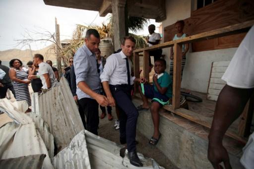 Le président français Emmanuel Macron au milieu des décombres après le passage de l'ouragan Irma à Saint-Martin, le 12 septembre 2017 © Christophe Ena POOL/AFP/Archives
