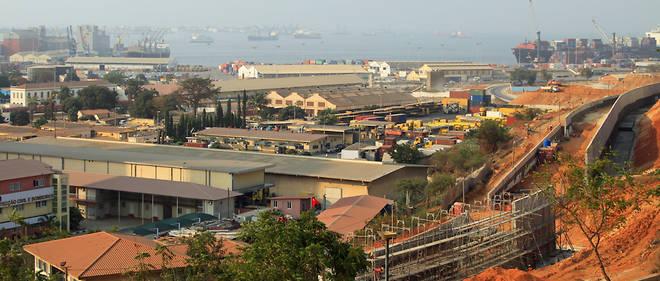 Luanda, vue sur le port, un lieu stratégique pour l'économie angolaise.
