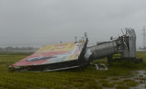 Un panneau publicitaire arraché par le typhon Doksuri, le 15 septembre 2017 à Ha Tinh, au Vietnam © HOANG DINH NAM AFP
