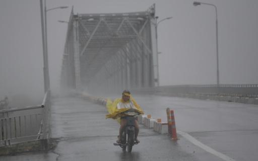 Un homme à moto lutte contre la pluie et les rafales de vent lors du passage du typhon Doksuri, le 15 septembre 2017 à Ha Tinh, au Vietnam © HOANG DINH NAM AFP