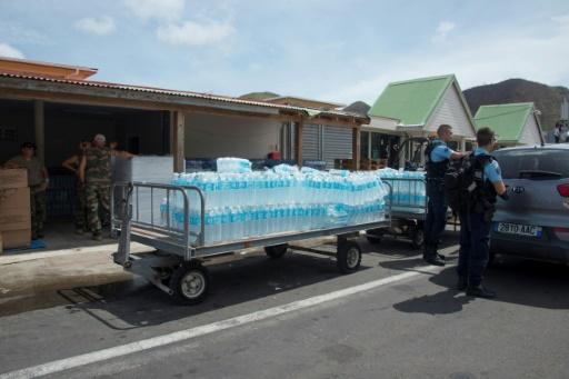 Des gendarmes préparent une distribution d'eau sur l'aéroport de Grand Case sur l'ile de Saint-Martin, le 14 septembre 2017 © Helene Valenzuela AFP