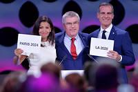 Thomas Bach, président du CIO, entouré d'Anne Hidalgo et d'Éric Garcetti, le maire de Los Angeles. ©FABRICE COFFRINI