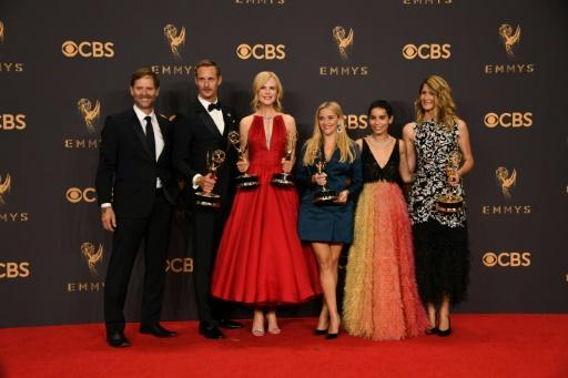 """Reese Witherspoon (d), Nicole Kidman (g) et l'équipe de """"Big Little Lies"""" récompensées aux 69e Emmy Awards, le 17 septembre 2017 à Los Angeles © Mark RALSTON AFP"""
