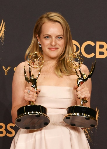 """L'actrice Elisabeth Moss récompensée pour son rôle dans la série """"La servante écarlate"""" également primée, le 17 septembre 2017 à Los Angeles lors des 69e Emmy Award © Mark RALSTON AFP"""