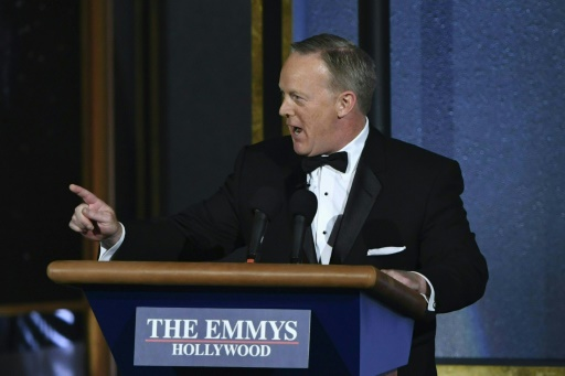 Sean Spicer, ancien porte-parole de Donald Trump à la Maison Blanche, sur la scène des Emmy Awards, le 17 septembre 2017, à Los Angeles © Frederic J. Brown AFP