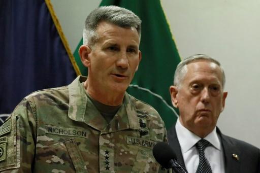 le commandant de la coalition en Afghanistan John Nicholson (G) et le secrétaire américain à la Défense, James Mattis, le 24 avril 2017 à Kaboul © JONATHAN ERNST POOL/AFP/Archives