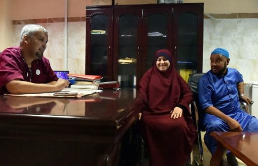 Le Dr Ahmed Bougroura (G), chef du service de néphrologie du CHU de Batna, à 435 km à l'est d'Alger, en consultation avec Nawel (C) et Boubaker Ziani, le 26 juillet 2017 © RYAD KRAMDI AFP/Archives