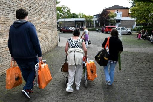 A la sortie d'une distribution de nourriture dans une église de Düsseldorf, le 25 août 2017 © PATRIK STOLLARZ AFP