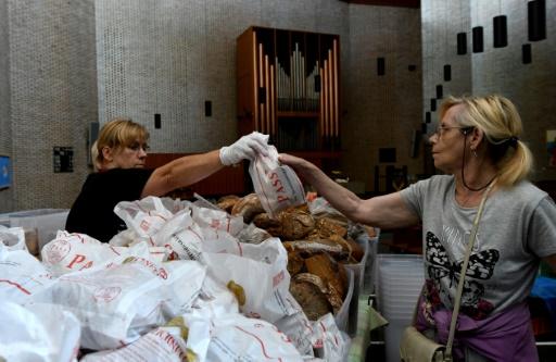 Distribution de nourriture dans une église à Düsseldorf, le 25 août 2017 © PATRIK STOLLARZ AFP
