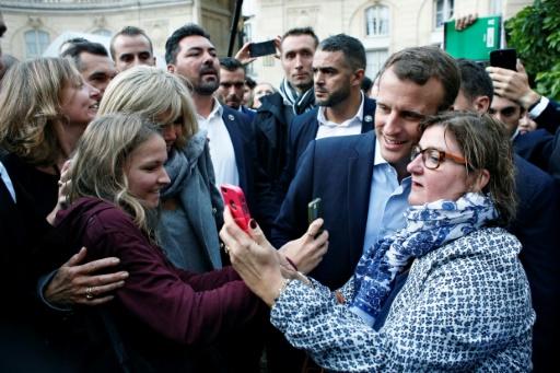 Séance de selfies pour le président français Emmanuel Macron et son épouse Brigitte, le 17 septembre 2017 à l'Elysée à Paris © Thibault Camus POOL/AFP