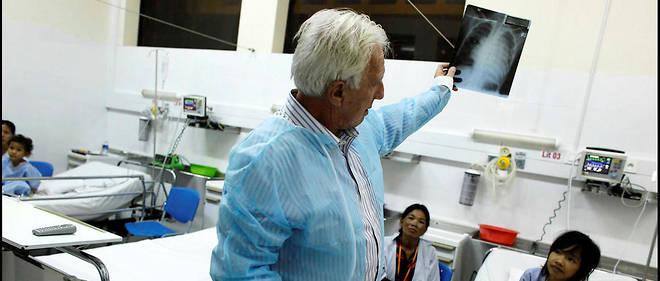 Chirurgien cardiaque de renommée internationale, Alain Deloche est cofondateur de Médecins sans frontières et de Médecins du monde et fondateur de La Chaîne de l'espoir.