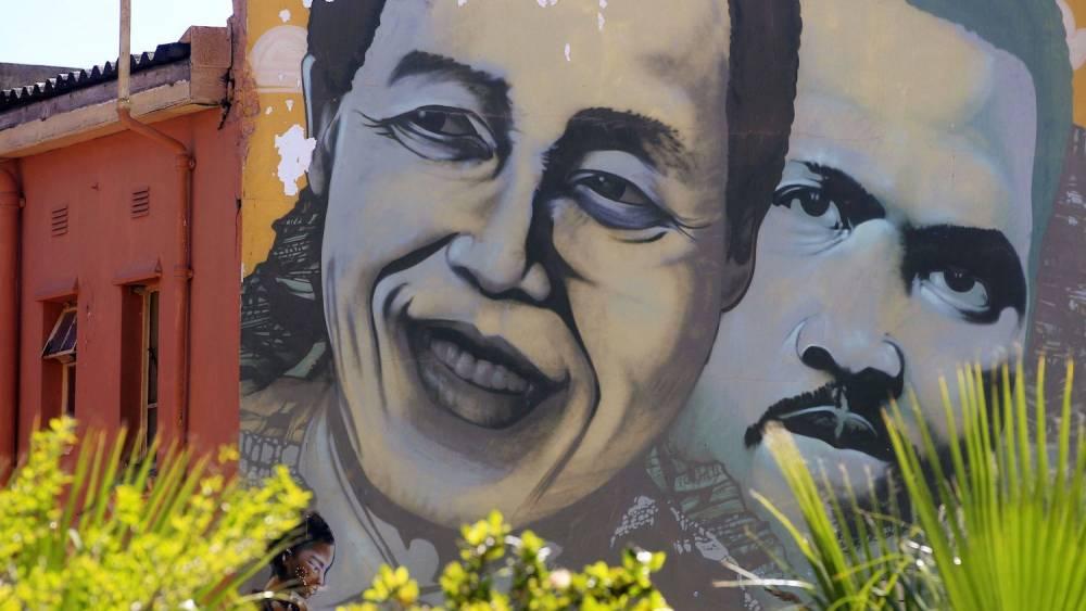 Peinture murale représentant Steve Biko et Nelson Mandela. ©  Schalk Van Zuydam/AP