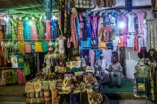 Un vendeur attend après les clients à l'entrée de sa boutique, le 9 septembre 2017, à Louxor (Egypte) © KHALED DESOUKI AFP