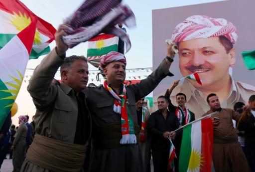 Des Kurdes irakiens rassemblés autour d'une affiche du président irakien, à Erbil le 13 septembre 2017  © SAFIN HAMED AFP