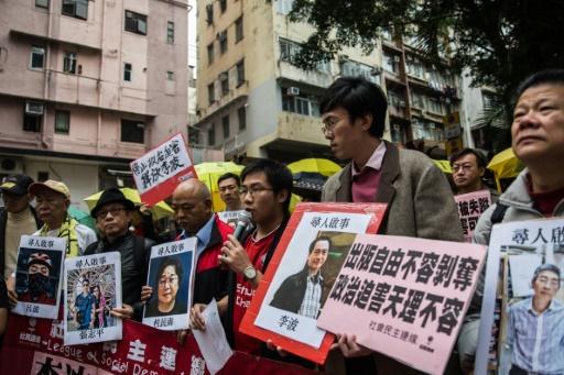 Des manifestants protestent contre la disparition de personnes, dont Gui Minhai, devant le bureau de liaison de la Chine à Hong Kong, le 3 janvier 2016    © ANTHONY WALLACE AFP/Archives