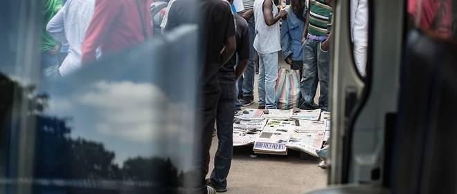 (Image d'illustration) des journaux à vendre dans le marché de Brazzaville, le 22 mars 2016.
