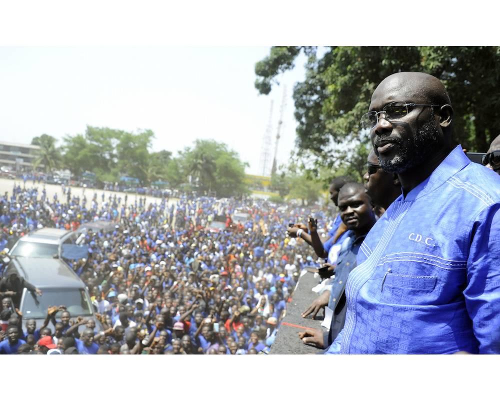 Weah le politique a créé son parti, le CDC, dont on voit les supporteurs ici avec lui en avril 2016 à Monrovia.  ©  ZOOM DOSSO / AFP