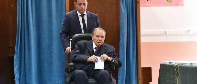 Le président algérien Abdelaziz Bouteflika en fauteuil roulant vote lors des législatives, le 4 mai 2017 à Alger.