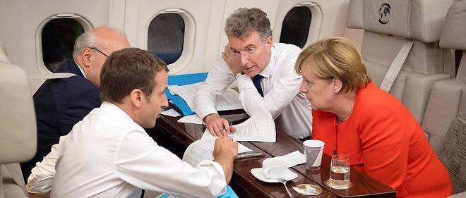 La chancelière Angela Merkel et le président Emmanuel Macron, entourés de leurs conseillers Christoph Heusgen et Philippe Étienne.