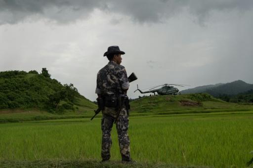 Un militaire près d'un hélicoptère de transport au village de Maungdaw, dans l'Etat de Rakhine, le 27 septembre 2017 © STR AFP