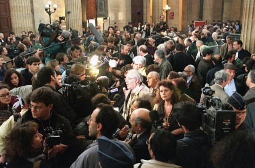 Les journalistes affluent dans la salle des pas perdus du Palais de justice de Bordeaux à l'annonce de la condamnation de Maurice Papon, le 2 avril 1998 © DERRICK CEYRAC AFP/Archives