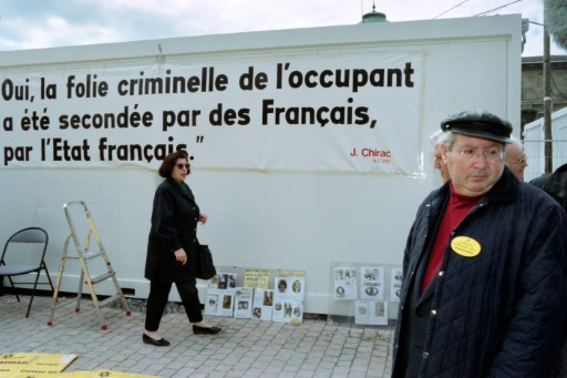 Le chasseur de nazis Serge Klarsfeld, le 2 avril 1998, près du palais de justice de Bordeaux, à l'issue du  dernier jour du procès de Maurice Papon © DERRICK CEYRAC AFP