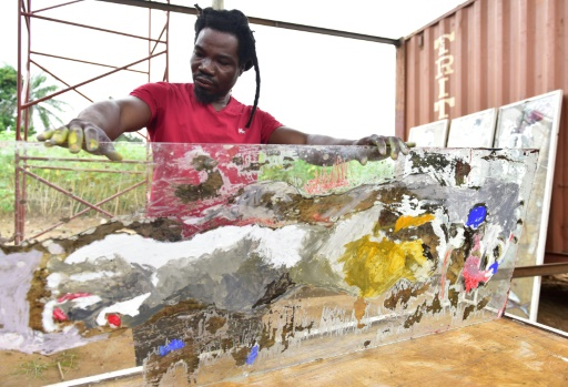 L'artiste togolais Sadickou Oukpedjo dans son atelier de Bingerville, en périphérie d'Abidjan, le 11 septembre 2017 en Côte d'Ivoire © ISSOUF SANOGO AFP