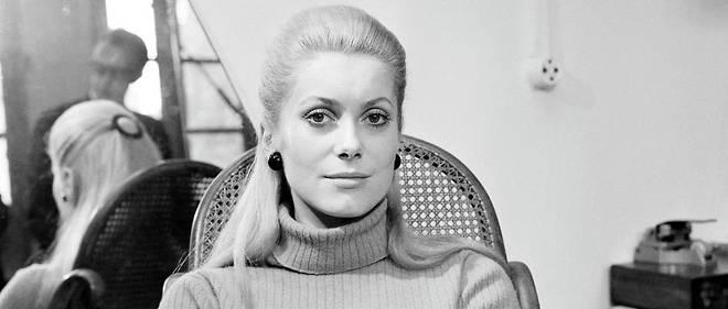 """Catherine Deneuve lors d'une interview sur la sortie du film """"Les Demoiselles de Rochefort"""", en 1967."""