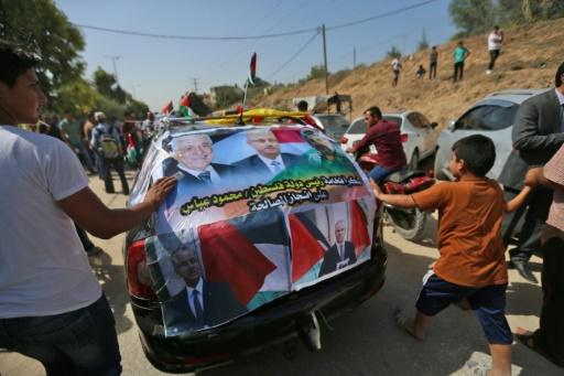 Une voiture couverte de portraits du Premier ministre palestinien Rami Hamdallah à Beit Hanun, dans la bande de Gaza, le 2 octobre 2017 © MOHAMMED ABED AFP