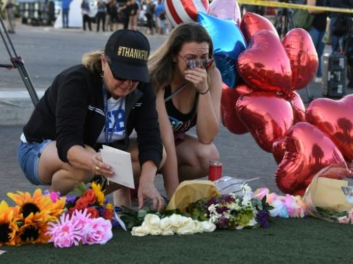 Destiny Alvers et sa mère se recueillent devant le mémorial aux victimes de la tuerie de Las Vegas, le 3 octobre 2017 © Mark RALSTON AFP