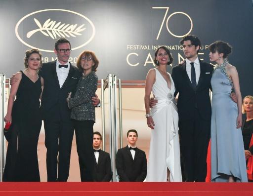 """Anne Wiazemsky (3eG) le 21 mai 2017 au dernier Festival de Cannes avec l'équipe du film """"Le Redoutable"""" de Michel Hazanavicius (2eG) © Alberto PIZZOLI AFP/Archives"""