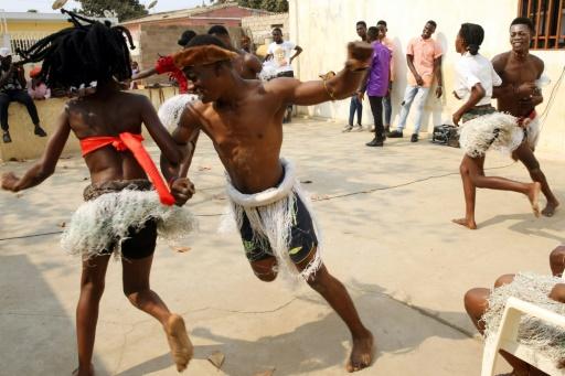 Danseurs et étudiants s'entraînent à danser la kizomba, le 27 août 2017 à Luanda, en Angola © AMPE ROGERIO AFP