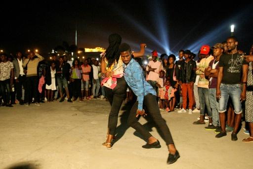 Un couple fait une démonstration de kizomba, le 27 août 2017 à Luanda © AMPE ROGERIO AFP