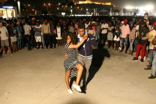 Un couple danse la kizomba dans le quartier de Mabor, le 27 août 2017 à Luanda © AMPE ROGERIO AFP