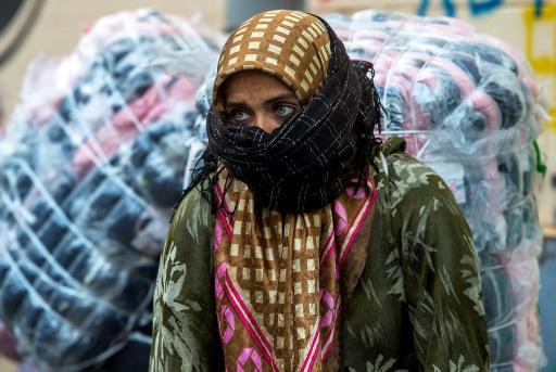 """Au Maroc, on les appelle les """"hamalates"""" (porteuses), de l'autre côté de la frontière les """"mujeres mulas"""" (femmes-mulets), en raison des colis, parfois plus lourds qu'elles, qu'elles transportent, harnachées comme des bêtes de somme. © FADEL SENNA AFP"""