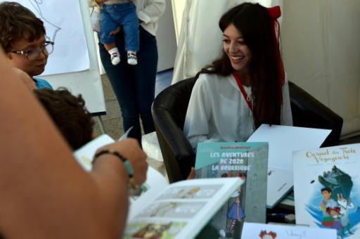 La dessinatrice algérienne Bouchra Mokhtari rencontre ses fans lors du 10e festival international de la BD à Alger, le 6 octobre 2017 © RYAD KRAMDI AFP